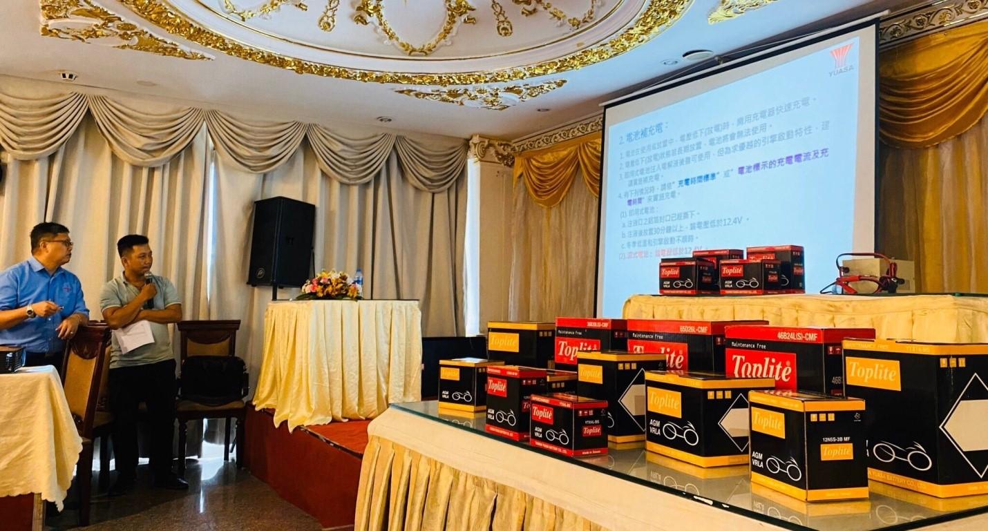 Đại diện nhà máy Mr.Wu đang trình bày về dây chuyển sản xuất và công nghệ mới AGM-VRLA.